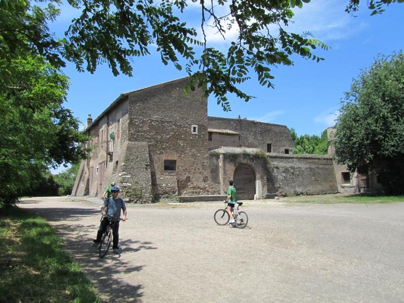 The back side of the casale roma vecchia a major farm for Affitto roma porta di roma